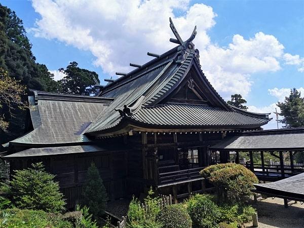高い場所から見た拝殿の後ろ風景