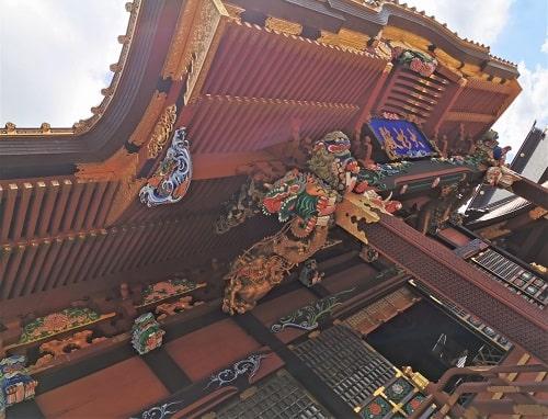 社殿(拝殿)の色鮮やかな彫刻風景
