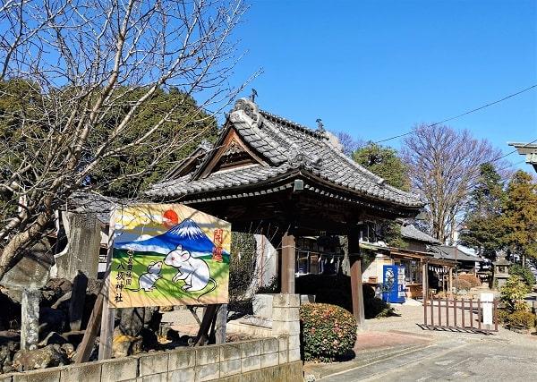 干支が描かれた大きな絵馬と手水舎の風景