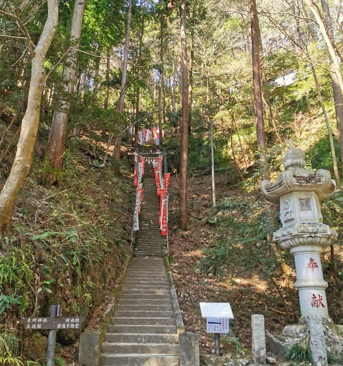 368段の石段の入り口の風景