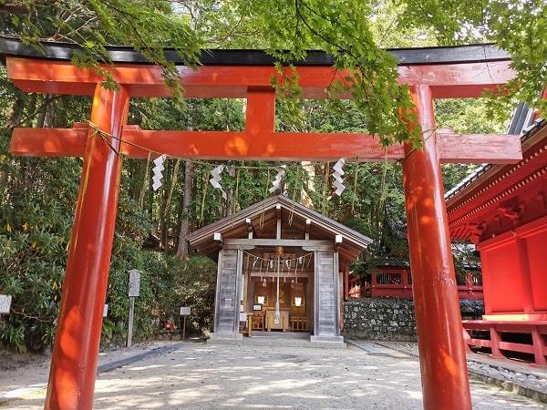 赤い鳥居と山霊宮の社の風景