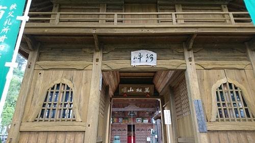 大慈寺の今までにない造りの仁王門の風景