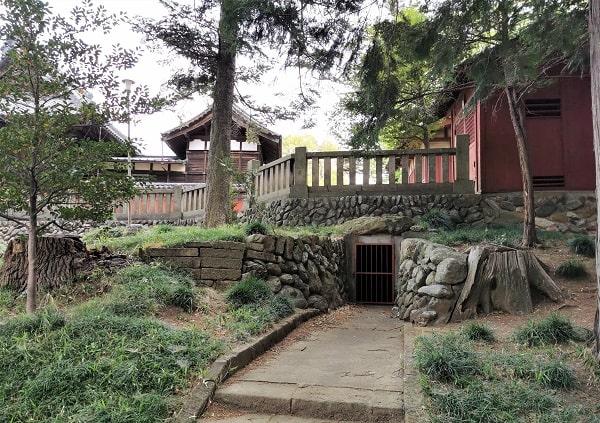 古墳入り口の穴の風景