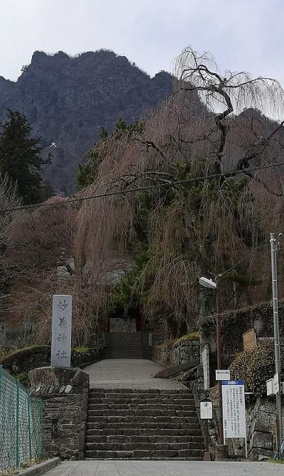 階段の先に見える総門の風景