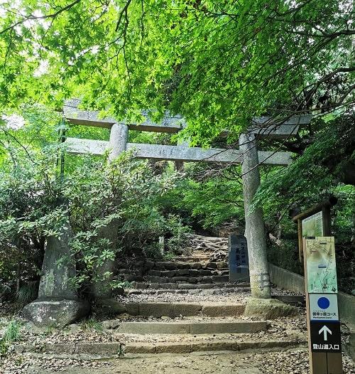 登山コース入り口の鳥居の風景