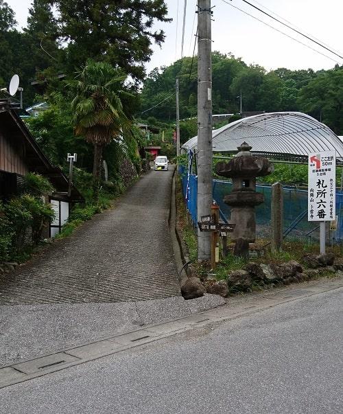 卜雲寺に向かう細い急な坂道