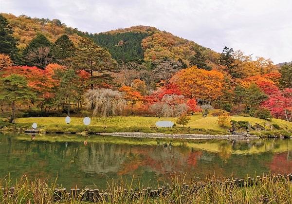 古峯園の見事な紅葉の風景