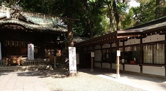 調神社の拝殿すぐ横にある社務所