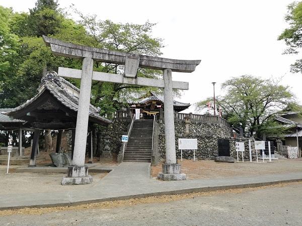 二の鳥居から社殿に向かう風景