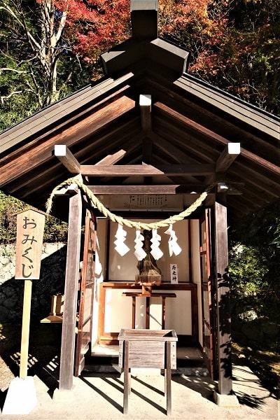 境内社の寿老神が祀られている社の正面風景