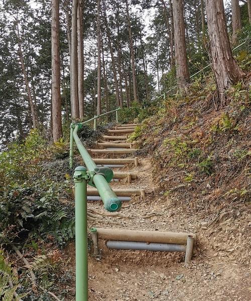 水天宮に向かう段差がまばらな木の階段の風景