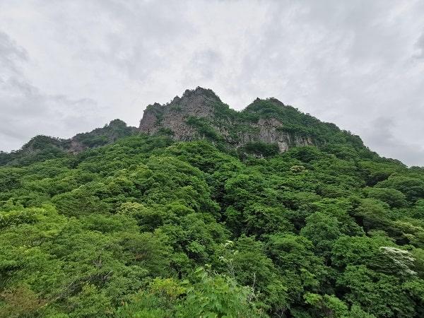 展望台の後ろにそびえ立つ妙義山の風景