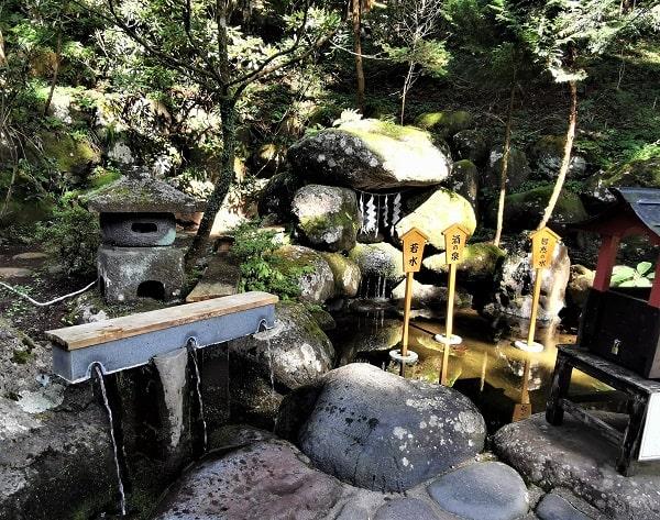 2つの聖なる泉の水が流れ出ている風景
