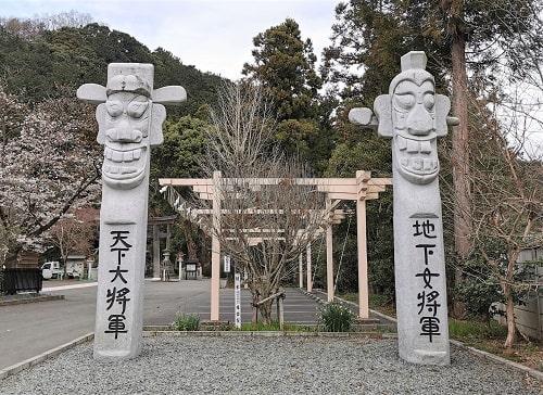 そびえ立つ将軍標といわれている大きな石の像2つの風景