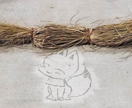 参道に刻まれている可愛い狐の様子