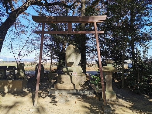鳥居と石碑の風景