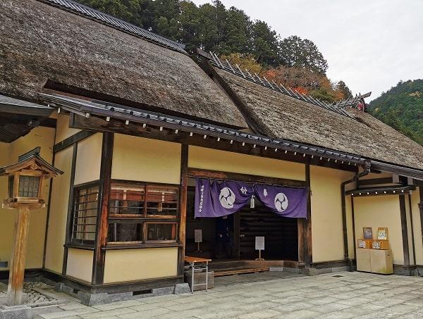 社殿内に入る入り口の風景