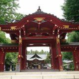秩父神社の立派な門の正面の風景