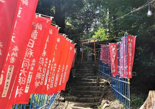 朝日稲荷神社に向かう参道の風景