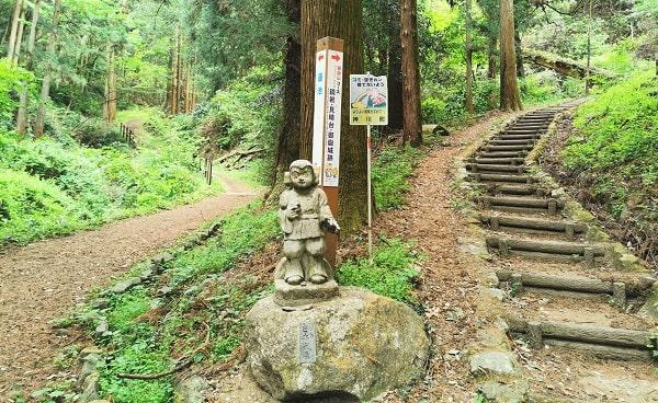 分かれ道に日本武尊の石像がある風景
