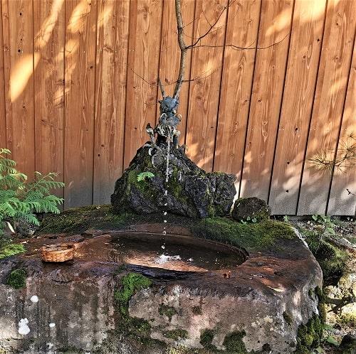 龍の口から噴き出る水で銭を洗える場所の風景