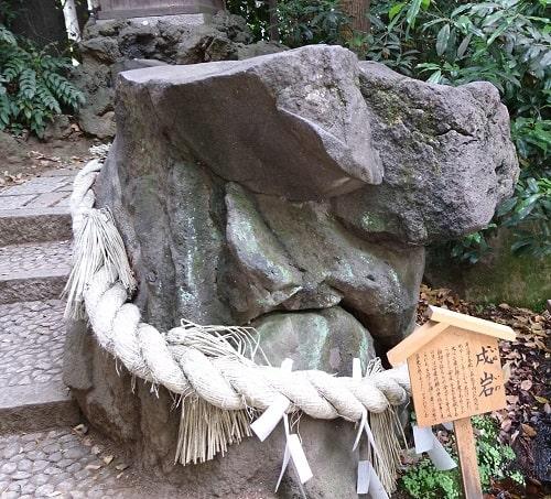 戌岩と伝えられている岩