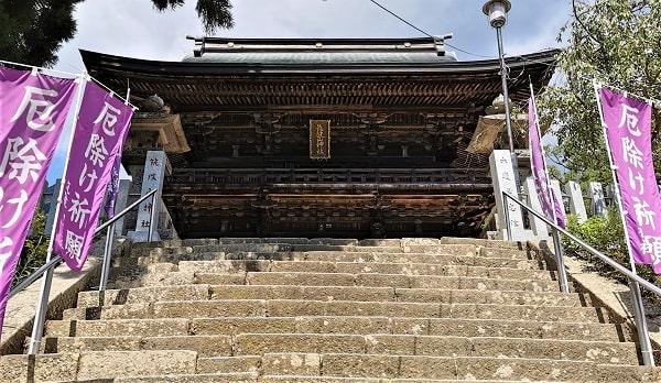 石段途中から見た随神門の風景