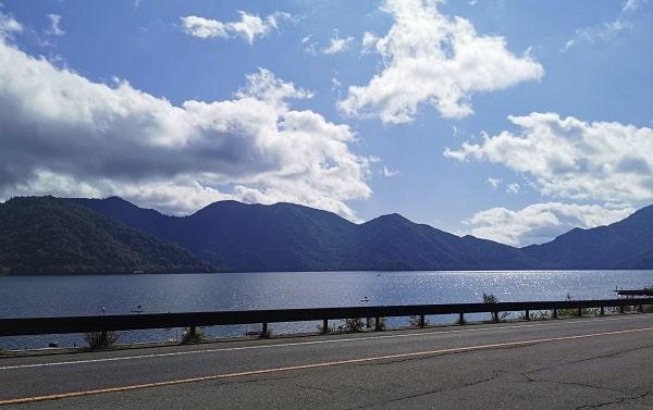 青空と中禅寺湖の風景