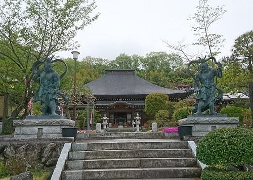 光明寺の入り口仁王像の風景