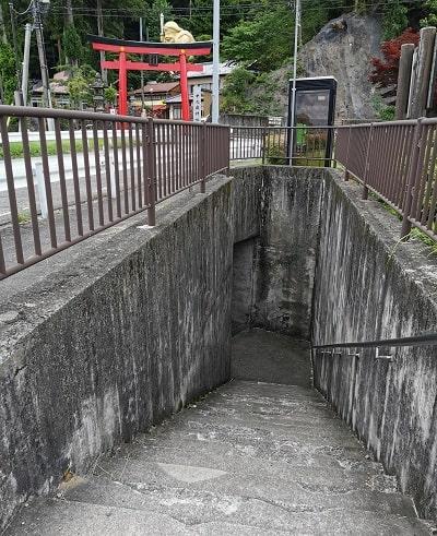 駐車場から中之嶽神社に行く為の階段の風景