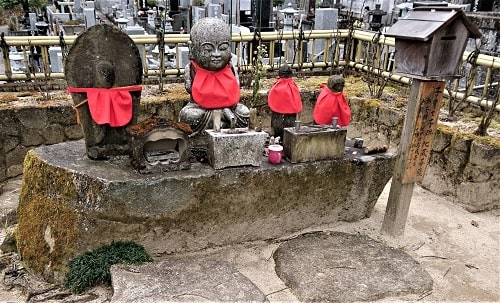境内にある子育て地蔵菩薩の風景