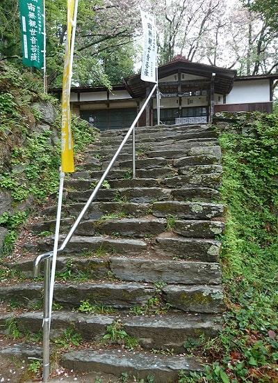 歴史を感じる真福寺入り口の階段風景
