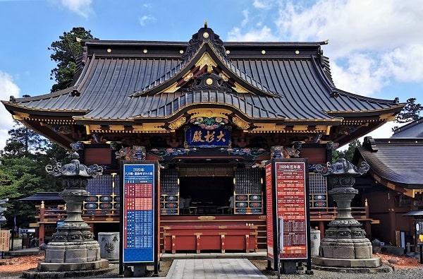 豪華絢爛な社殿(拝殿)の風景