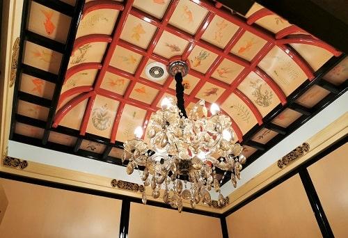 女子トイレ個室天井の風景