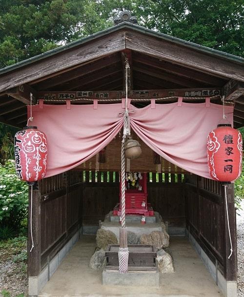 境内にある稲荷神社正面の風景