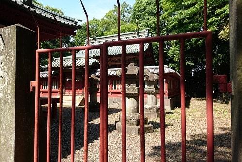 閉まっている門から撮影した本殿の様子