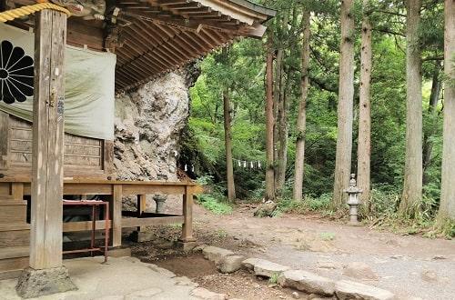 中之嶽神社社殿から展望台に行く入り口の風景