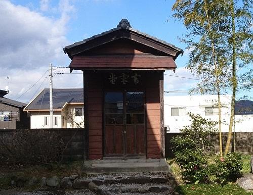 境内にある畜霊堂正面の風景
