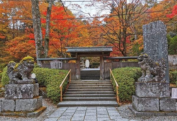 狛犬さんの先にある古峯園入り口の風景