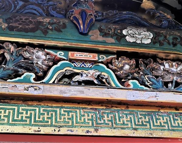 眠り猫の裏側に刻まれている雀の彫刻