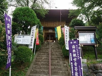 大慈寺階段上の山門(仁王門)の風景
