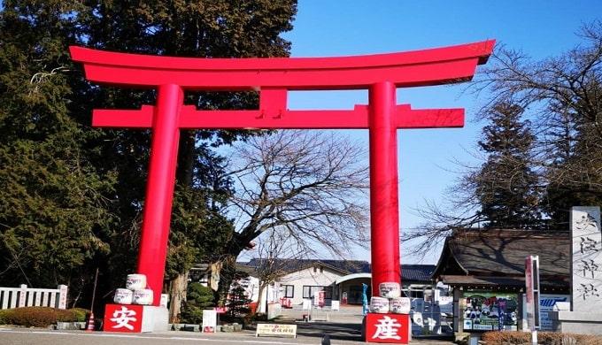 安住神社の赤い大鳥居の正面風景