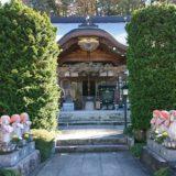 野坂寺山門を抜けた先の六地蔵と本殿の風景