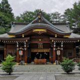 進雄神社の社殿を少し遠くから撮影した風景