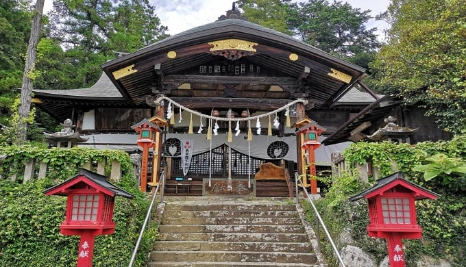 階段上の小鹿神社拝殿の風景