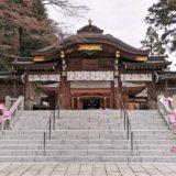 参道階段下からの高麗神社の御神門と拝殿の風景