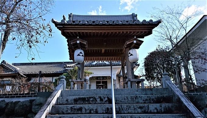 秩父札所15番「少林寺」階段下からの山門も風景