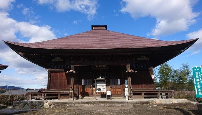 龍石寺の大きく立派な観音堂正面の風景