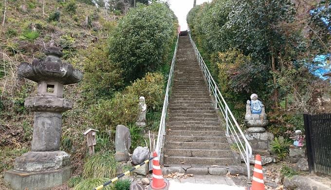 法泉寺の観音堂にむかう為の石段の風景