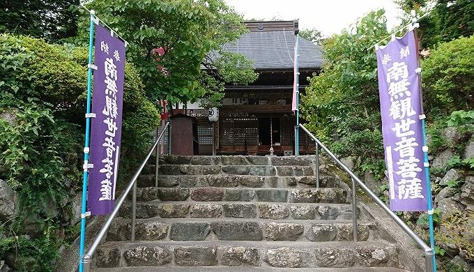 階段の上にある卜雲寺の風景